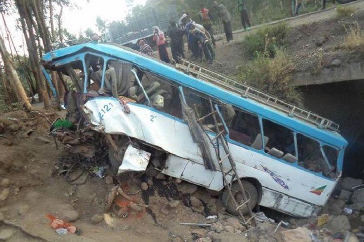 Kondisi bus yang jatuh ke dalam tanggul di utara Etiopia, Selasa (13/3/2018). Dilaporkan 38 penumpang tewas akibat kecelakaan tersebut.