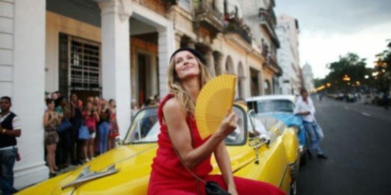 Supermodel asal Brasil, Gisele Bundchen juga hadir dalam peragaan busana Chanel di Havana.