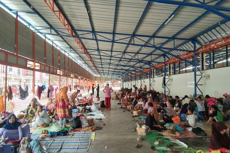 Ratusan warga Dusun Pasirjengkol, Desa Sukamakmur, Kecamatan Telukjambe Timur, Kabupaten Karawang yang mengungsi di areal foodfest Resinda membutuhkan makanan balita.