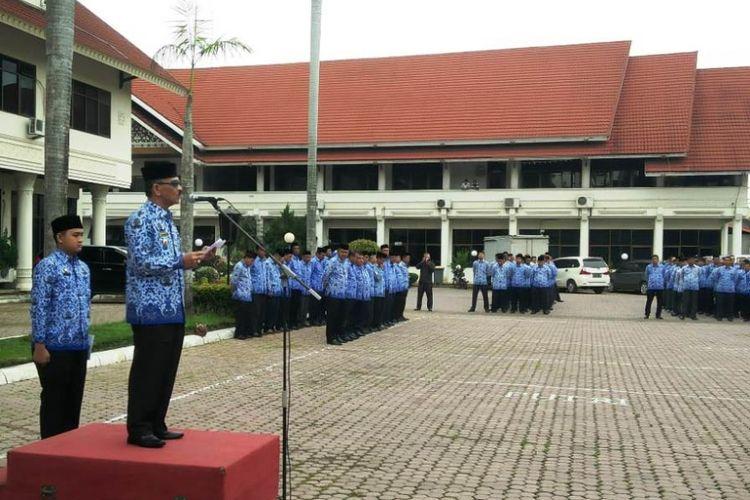 Bupati Aceh Utara H Muhammad Thaib menyampaikan arahan dalam apel perdana seusai libur Lebaran di halaman kantor bupati Aceh Utara, Kamis (21/6/2018).