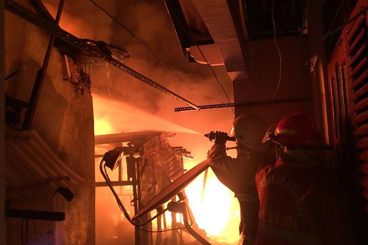 Kebakaran terjadi di pemukiman padat penduduk di Jalan Batu Raya Gang Batu Virus RT 05/07, Menteng Atas, Setiabudi, Jakarta Selatan pada Jumat (27/11/2020) sekitar pukul 00.45 WIB.
