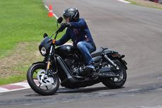 Menggeber Harley-Davidson Street 500 di Sirkuit Kecil Sentul