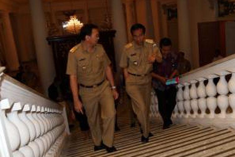 Gubernur DKI Jakarta Joko Widod berjalan didampingi Wakil Gubernur Basuki Tjahaja Purnama, saat akan memaparkan kinerja dalam rapat koordinasi  dengan Satuan Kerja Perangkat Daerah (SKPD) DKI, di Balaikota, Jakarta Pusat, Selasa (21/1/2014). Dalam kesempatan terebut, Jokowi menegur para aparat pemerintah yang lamban dan tidak kooperatif dalam menanggapi persoalan di lapangan. WARTA KOTA/ANGGA BHAGYA NUGRAHA