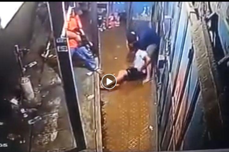 Penangkapan seorang pemuda di kawasan Kalideres, Jakarta Barat, terekam kamera CCTV (Facebook Kabar Viral Borneo)