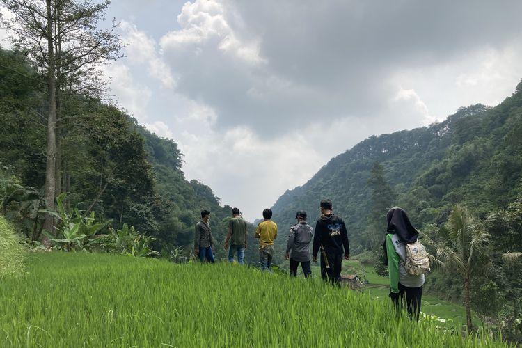 Para wisatawan sedang trekking menuju area budi daya lebah madu yang berada di lembah hutan kaki Gunung Pangrango di Desa Bojongmurni, Kecamatan Ciawi, Kabupaten Bogor, Minggu (23/5/2021).