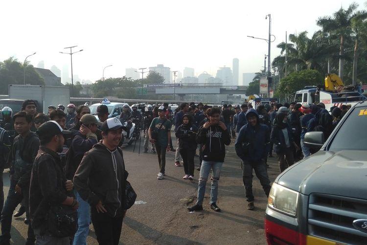 Mahasiswa dari Universitas Islam Negeri Bandung tiba depan gedung DPR RI, Selasa (24/9/2019) pagi. Mereka akan menggelar aksi unjuk rasa di lokasi itu hari ini.