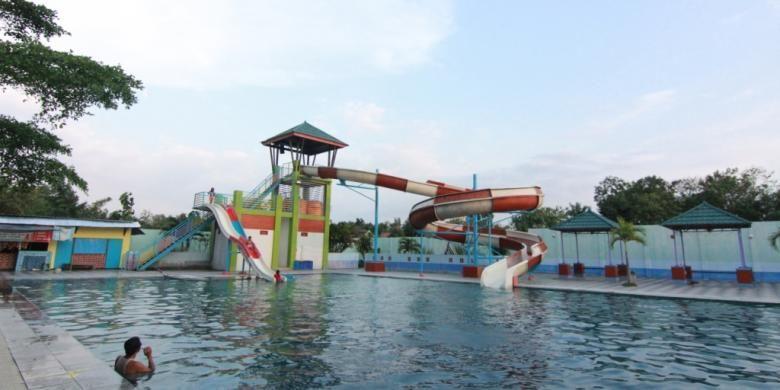 Waterboom di MadiunUmbul Square Night Festival menjadi daya tarik utama wisatawan.