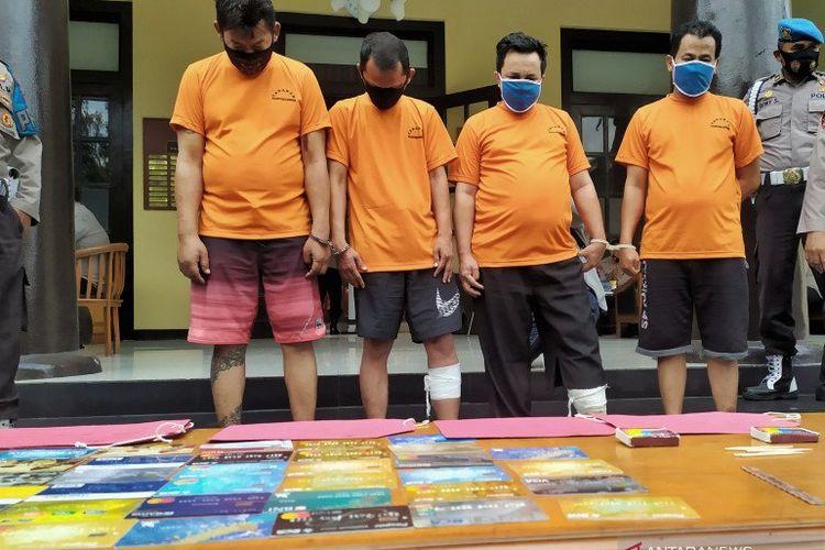 Empat orang pelaku pencurian dengan modus mengganjal mesin ATM dihadirkan bersama barang bukti di Polrestabes Bandung, Jalan Jawa, Kota Bandung.