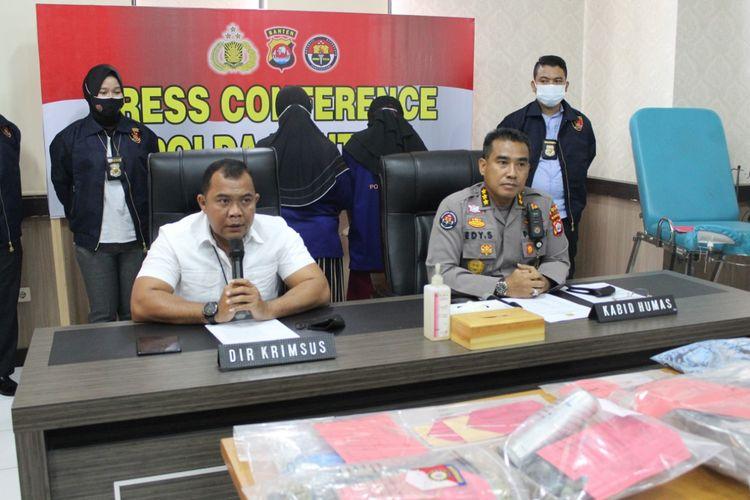 Polda Banten saat menampilkan tiga orang tersangka aborsi di klinik Sejahteraandeglan