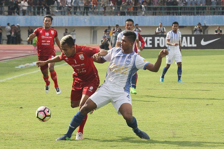 Suasana pertandingan Persis Solo melawan PSIS Semarang di Stadion Manahan, Kamis (6/7/2017)