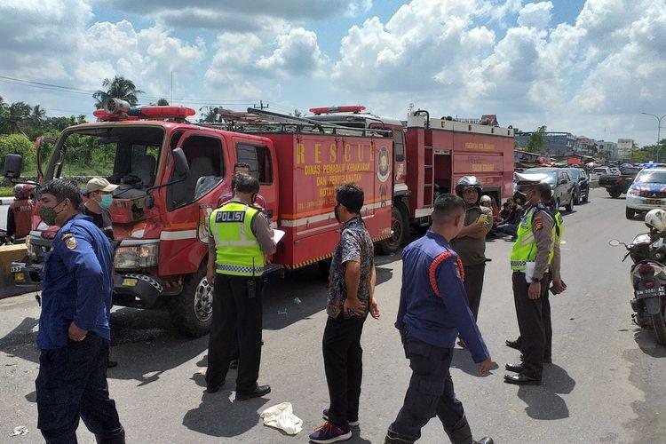 Kecelakaan lalu lintas beruntun dua unit mobil damkar di lampu merah perempatan Jalan Soekarno Hatta, Kota Pekanbaru, Riau, Senin (14/6/2021).