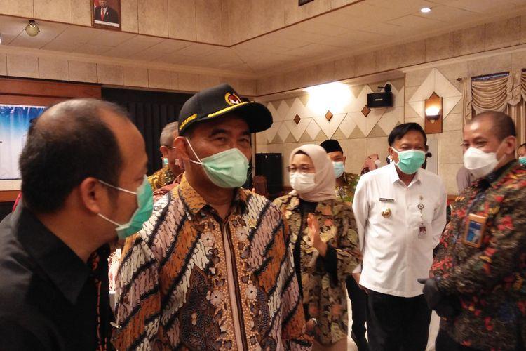 Menteri Koordinator Bidang Pembangunan Manusia dan Kebudayaan Muhadjir Effendy (dua dari kiri), saat melakukan kunjungan kerja di Gresik, Jawa Timur, Jumat (13/11/2020).