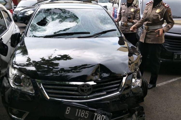 Mobil Camry bernomor polisi B 1185 TOD yang dikemudikan DS hancur usai kecelakaan dan diamuk massa di Menteng, Jakarta Selatan, Jumat (19/4/2019).
