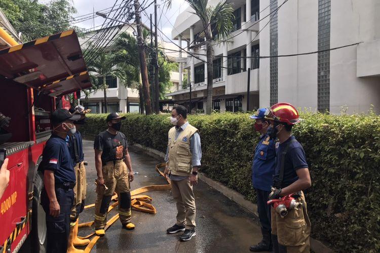 Gubernur DKI Jakarta, Anies Baswedan berbincang dengan anggota Suku Dinas Penanggulangan Kebakaran dan Penyelamatan Jakarta Selatan di Jalan Taman Kemang, Pela Mampang, Mampang Prapatan, Jakarta Selatan pada Sabtu (21/2/2021) sore.