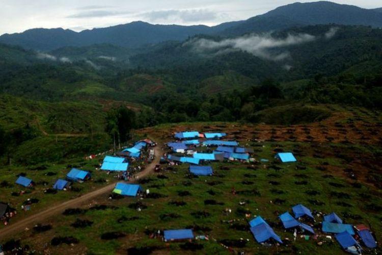 Foto udara tenda pengungsian korban banjir bandang di Perbukitan Desa Meli, Kecamatan Baebunta, Kabupaten Luwu Utara, Sulawesi Selatan, Kamis (16/07).