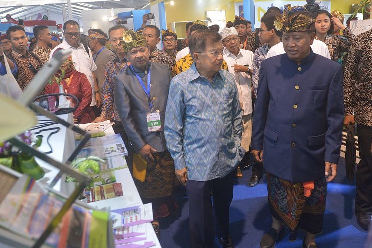 Wakil Presiden Jusuf Kalla (kedua kanan) berbincang dengan Menteri Riset Teknologi dan Pendidikan Tinggi Mohamad Nasir (kanan) pada puncak peringatan Hari Kebangkitan Teknologi Nasional (Hakteknas) ke-24 di Denpasar, Bali, Rabu (28/8/2019). Peringatan Hakteknas yang berlangsung 24-28 Agustus 2019 dan dipusatkan di Bali tersebut diisi dengan beragam kegiatan bidang sains dan teknologi untuk memunculkan inovasi dari daerah sekaligus meningkatkan daya saing daerah-daerah tersebut. ANTARA FOTO/Nyoman Budhiana/wsj.