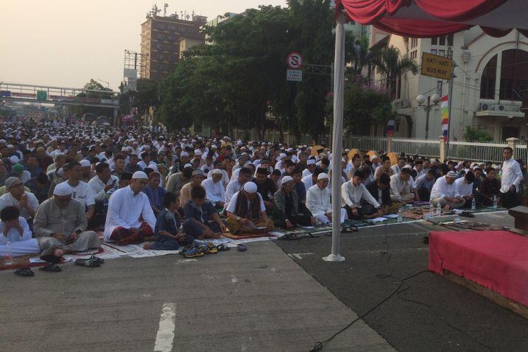 Bakal Calon Wakil Presiden Sandiaga Salahuddin Uno melaksanakan shalat Idul Adha di Monumen Perjuangan Jatinegara, Jalan Matraman Raya, Bali Mester, Jatinegara, Jakarta Timur, Rabu (22/8/2018).