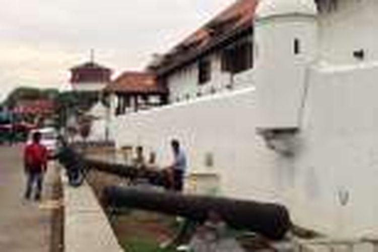 Tembok kota sisi Museum Bahari yang sudah di bersihkan.