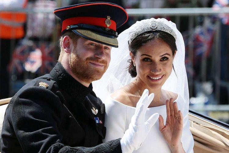Pangeran Harry dan Meghan Markle menaiki kereta kencana Ascot Landau setelah pemberkatan pernikahan di Windsor, Inggris, Sabtu (19/5/2018). Sebanyak 600 tamu undangan menghadiri jamuan makan siang dan makan malam pada acara resepsi, ditambah 2.640 tamu dari warga biasa yang akan menimati teh dan kudapan di Istana Windsor.