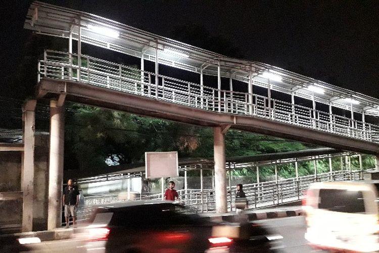 JPO Jembatan Gantung di Jalan Daan Mogot, Jakarta Barat arah Grogol dibogkar pada Minggu (28/10/2018). Meski begitu, lampu penerang jembatan masih menyala hingga Rabu (31/10/2018).