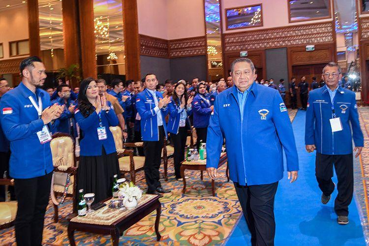 Ketua Umum Partai Demokrat, Susilo Bambang Yudhoyono (kedua kanan) berjalan memasuki ruangan saat pembukaan Kongres V Partai Demokrat di Jakarta, Minggu (15/3/2020). Kongres tersebut bertemakan Harapan Rakyat, Perjuangan Demokrat.