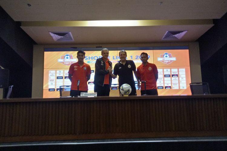 Pelatih Persija Jakarta, Julio Banuelos (dua dari kanan) bersalaman dengan pelatih Arema FC, Milomir Seslija (dua dari kiri) dalam press conference di Stadion Utama Gelora Bung Karno, Jakarta, Jumat (2/8/2019). Press cinference diadakan jelang laga kedua tim, Sabtu (3/8/2019) besok.