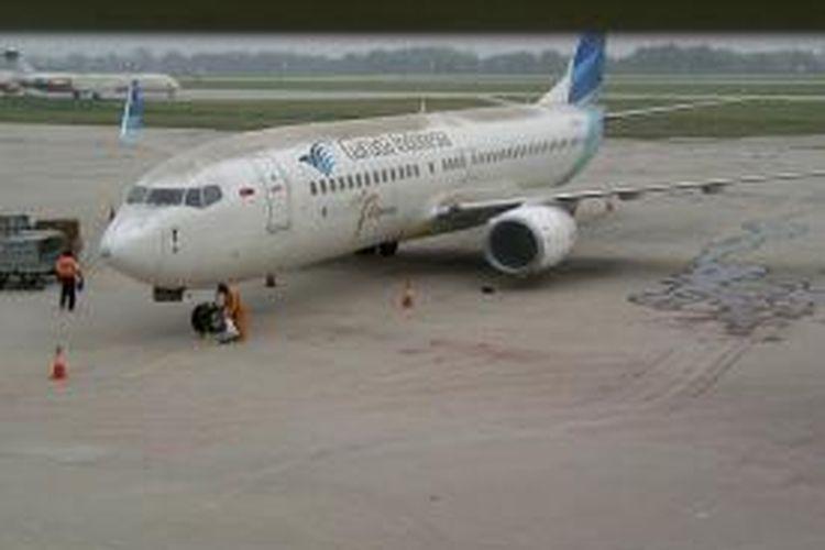 Abu tebal akibat letusan Gunung Kelud menutupi apron Bandara Internasional Juanda Surabaya, Jumat (14/2/2014). Untuk sementara aktivitas penerbangan di Bandara Juanda ditutup karena abu vulkanik Kelud dianggap membahayakan penerbangan.