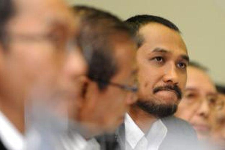 Pimpinan Komisi Pemberantasan Korupsi (KPK) Adnan Pandu Praja, Busyro Muqoddas, Abraham Samad, dan Zulkarnaen (kiri ke kanan) mengikuti rapat dengar pendapat dengan Komisi III di Kompleks Parlemen, Senayan, Jakarta, Rabu (6/2/2013).