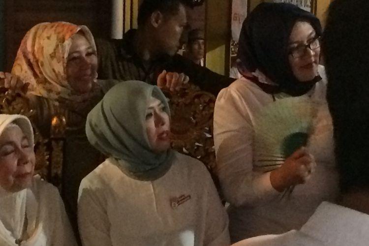 Calon wakil gubernur DKI Jakarta, Sandiaga Uno, menegur sang istri, Nur Asia saat menghadiri acara deklarasi dukungan eks pendukung Agus Harimurti Yudhoyono-Sylviana Murni di Cipayung, Jakarta Timur, Minggu (9/4/2017). Sandiaga menegur Nur lantaran sang istri berdiri di atas kursi.