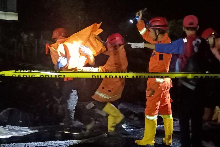 Tim dari Dinas Pemadam Kebakaran Kota Samarinda saat mengevakuasi korban kebarakan di Gang Belimbing, RT 01, Kelurahan Gunung Lingai, Kecamatan Sungai Pinang, Samarinda, Kaltim, Jumat (4/9/2020).