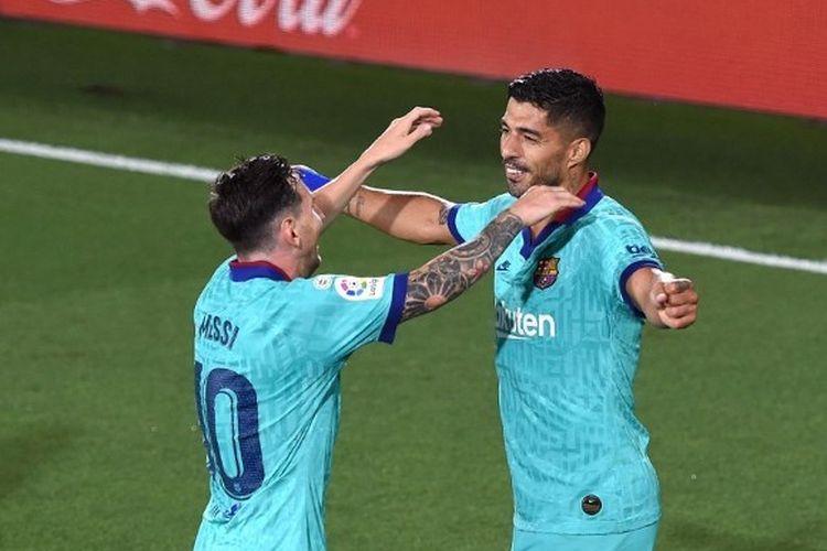 Dua penyerang Barcelona, Lionel Messi dan Luis Suarez, merayakan gol ke gawang Villarreal pada lanjutan pekan ke-34 Liga Spanyol yang digelar di Stadion De la Ceramica, Senin (6/7/2020).