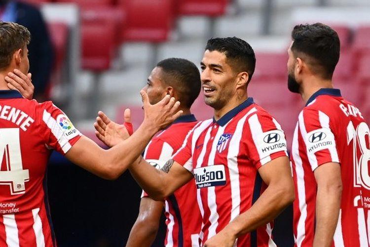 Striker Luis Suarez (kedua dari kanan) usai mencetak gol pada laga Atletico Madrid vs Granada, di Stadion Wanda Metropolitano, Minggu (27/9/2020).