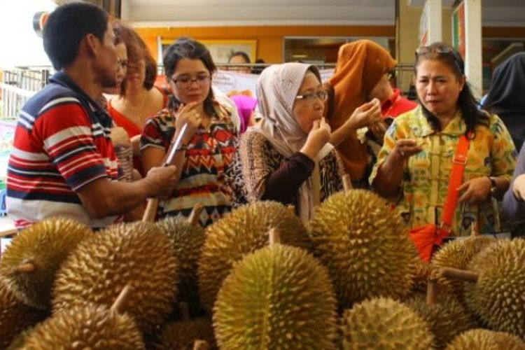 Mencicipi durian khas Pandeglang, Banten, saat Duren Fair 2016 di selasar A blok M square.