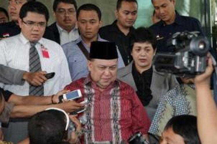 Mochtar Mohammad, saat masih menjabat Wali Kota Bekasi, keluar dari ruang pemeriksaan Komisi Pemberantasan Korupsi (KPK), Jakarta, Jumat (8/4/2011).