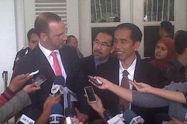 Gubernur DKI Jakarta Joko Widodo (kanan) bersama Duta Besar Denmark untuk Indonesia Martin Bille Hermann (kiri), saat menjawab pertanyaan wartawan di Balaikota Jakarta, Rabu (6/2/2013). Pertemuan keduanya dilakukan untuk membahas kerja sama yang ditawarkan pemerintah Denmark untuk menyelesaikan berbagai permasalahan Ibu Kota.