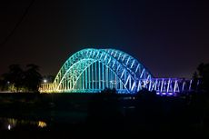 Warna-warni Lampu LED Hiasi Dua Jembatan Ikonik di Indonesia