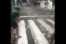 Warga Brasil Punguti Uang yang Berserakan di Jalan Usai Insiden Perampokan Bank Bersenjata