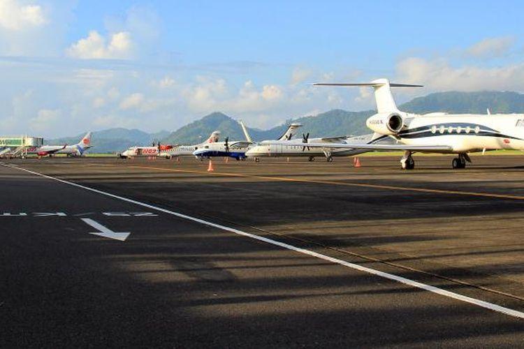 Beberapa pesawat di Bandara International Sam Ratulangi Manado, Sulawesi Utara.