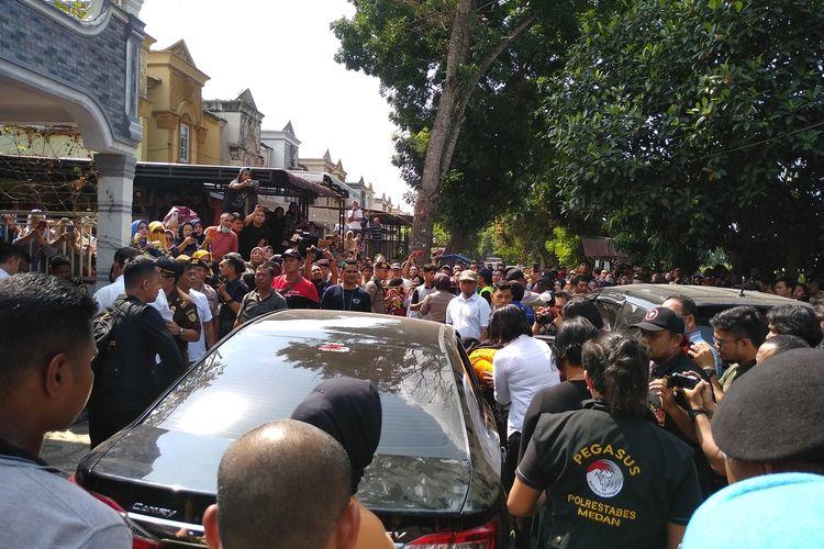 Warga menyoraki tersangka ZH saat berjalan menuju mobil Camry saat rekonstruksi pembunuhan hakim PN Medan Jamaludin.