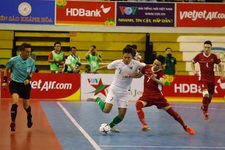 Pemain timnas futsal Indonesia, M. Subhan Faidasa sedang berebut bola dengan pemain timnas Vietnam di ajang AFF Futsal Championship, Selasa (22/10/2019) di Vietnam.