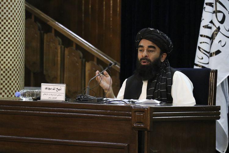 Juru bicara Taliban, Zabihullah Mujahid, saat berbicara dalam konferensi pers di Kabul, Afghanistan, Senin (6/9/2021).