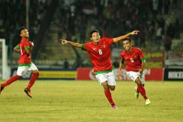 Kapten tim nasional Indonesia, Evan Dimas Darmono (tengah) diikuti dua rekannya, Muhammad Fachtu Rohman (kanan) dan Muhammad Hargianto (kiri) meluapkan kegembiraan usai mencetak gol ke gawang Thailand dalam pertandingan kualifikasi Grup B Piala AFF U-19 2013 di Stadion Gelora Delta, Sidoarjo, Jawa Timur, Senin (16/9/2013) malam.
