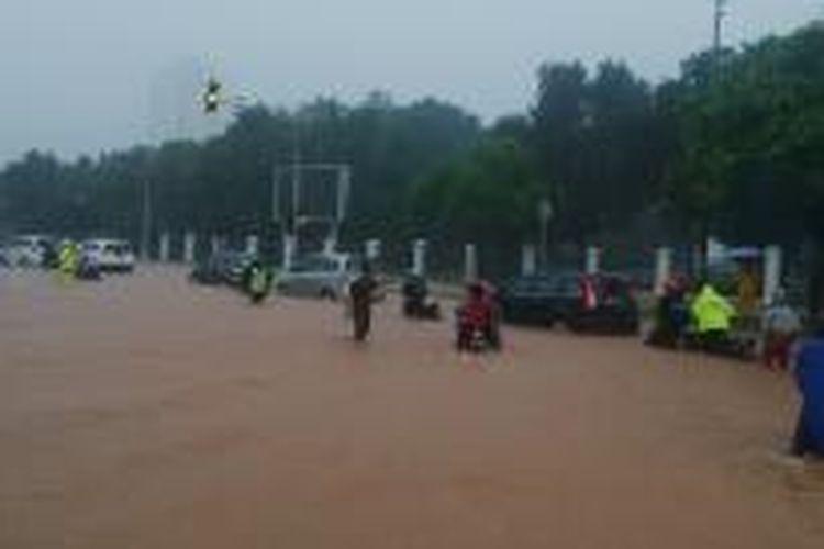 Banjir setinggi 20-30 cm di depan Istana Merdeka, Jalan Medan Merdeka Utara, Jakarta Pusat, Senin (9/2/2015).