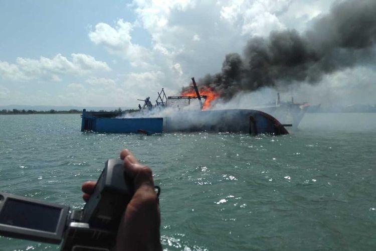 Dua Kapal Ikan Asing yang melakukan pelanggaran di perairan indonesia wilayah aceh, dimusnahkan dengan cara dibakar dan ditenggelamkan setelah mendapat kekuatan hukum tetap. Kapal asal Thailand ini ditangkap tahun 2019 lalu saat sedang melakukan tindak pencurian ikan.*****