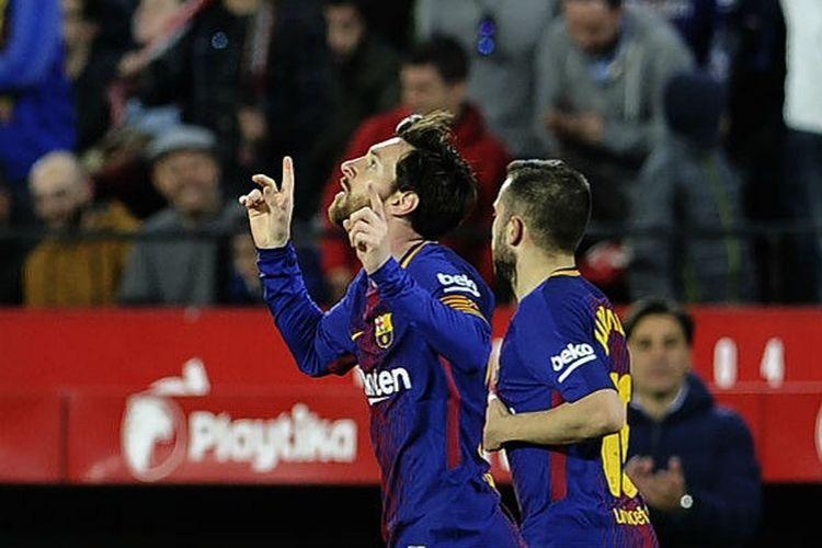 Lionel Messi merayakan gol penyama kedudukan Barcelona ke gawang Sevilla pada pertandingan La Liga di Stadion Ramon Sanchez Pizjuan, Sabtu (31/3/2018).