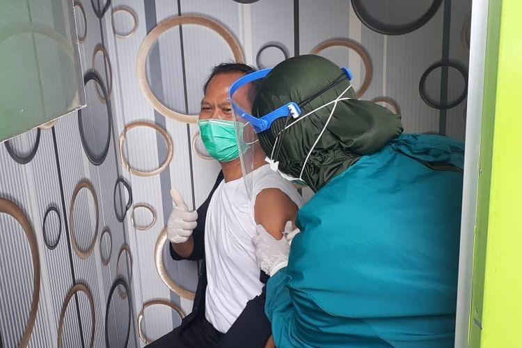 Petugas menyuntikan vaksin kepada salah satu nakes di Puskesmas Tegal Barat, Kota Tegal, Jawa Tengah, Kamis (28/1/2021)