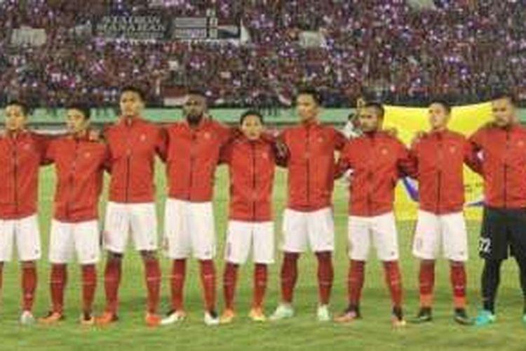 Starter tim nasional Indonesia saat menghadapi Malaysia pada laga uji coba di Stadion Manahan, Selasa (6/9/2016).