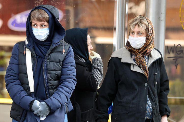 Perempuan Iran mengenakan masker wajah berjalan melewati jalan Teheran, Iran, 26 Februari 2020. Menurut Departemen Kesehatan, setidaknya 139 orang didiagnosis dengan virus corona di negara itu dan sembilan belas orang telah meninggal di Iran.  EPA-EFE/ABEDIN TAHERKENAREH