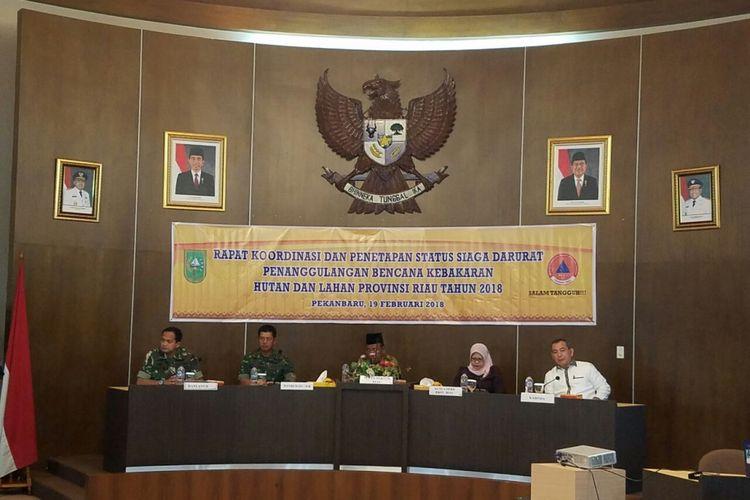 Tim satgas karhutla Riau melakukan rapat koordinasi penetapan status siaga darurat kebakaran hutan dan lahan di Riau.