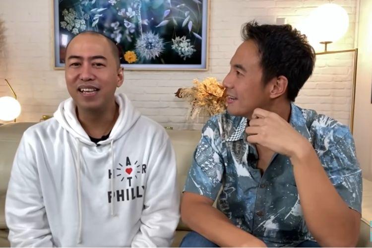 Komika Pandji Pragiwaksono (kiri) dan pembawa acara Daniel Mananta